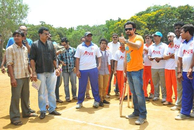 Emraan Hashmi Thumbs Up Photo Clicked At Media Cup Cricket Tournament