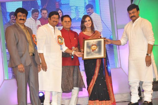 Dia Mirza Take Awards From Chiranjeevi At TV 9 Film Awards