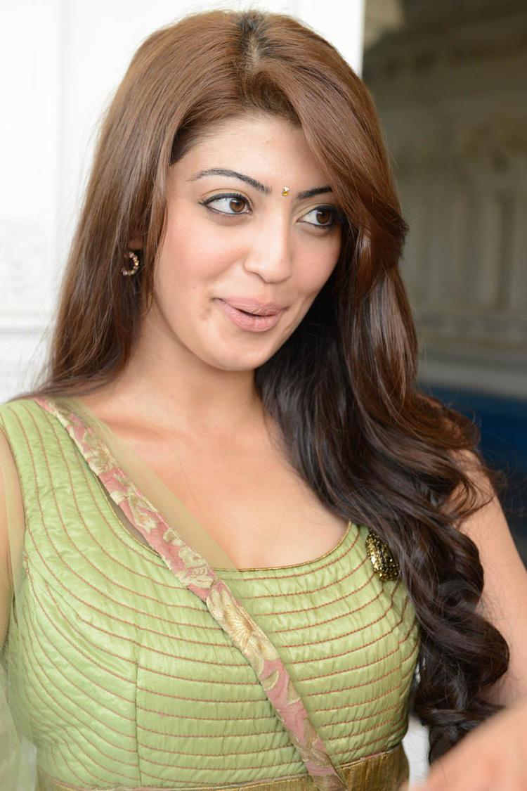 Pranitha Nice Look At Mohan Babu,Vishnu,Manoj Multistarrer Movie Launch Function