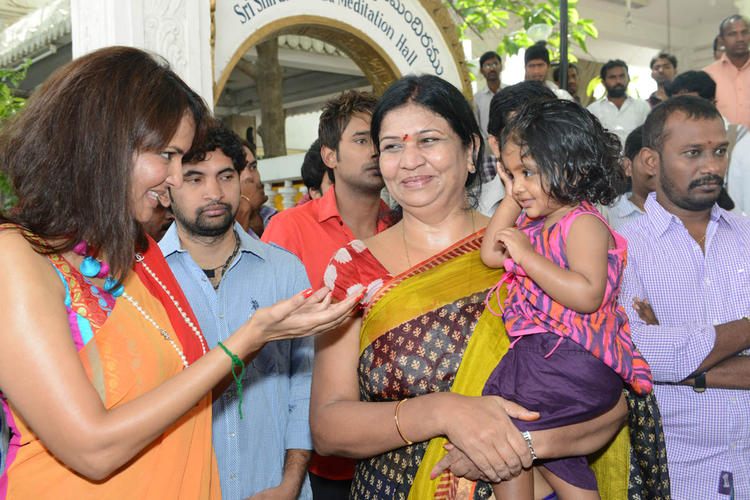 Lakshmi Prasanna Manchu Cool With A Kid At Mohan Babu New Movie Opening Event