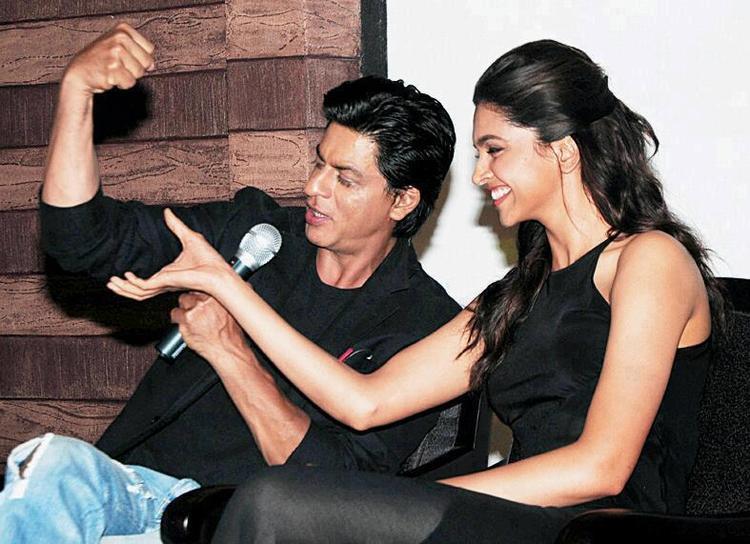SRK And Deepika Dazzling Smiling Look At Chennai Express Press Meet