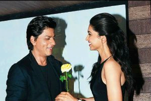 SRK And Deepika Posed With Rose At Chennai Express Press Meet