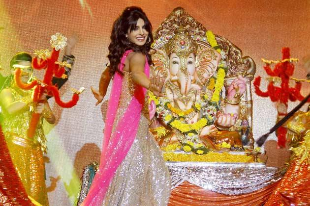 Priyanka Performed In Front Of Lord Ganesh On The Stage At Jai Maharashtra Channel Launch Function