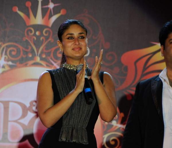 Smiling Kareena Kapoor Khan Clapping At Bharat N Dorris Hair Styling And Make Up Awards 2013