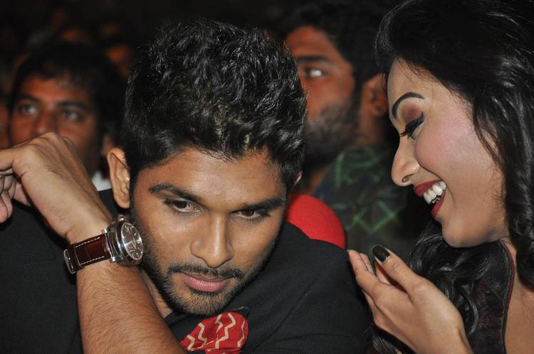 Allu Arjun Nice Look At Iddarammayilatho Audio Launch Function