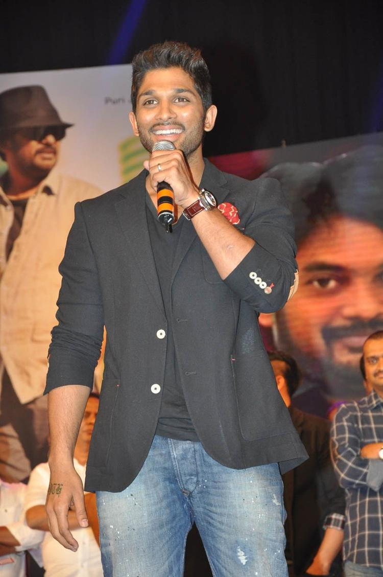 Allu Arjun Cool Smiling Look At Iddarammayilatho Audio Launch Function