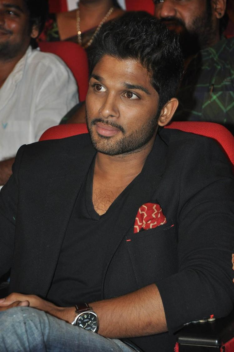 Allu Arjun Dappers Look At Iddarammayilatho Audio Launch Function