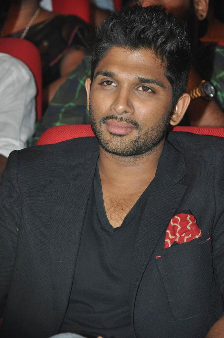 Allu Arjun Nice Look At Iddarammayilatho Audio Launch Function