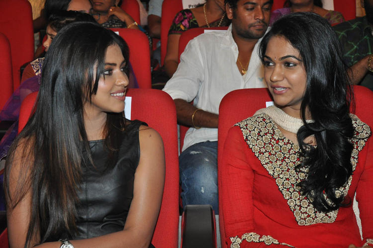 Amala And Sneha Cool Gossip At Iddarammayilatho Audio Launch Function