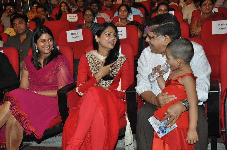 Sneha And Allu Arvind Chatting Still At Iddarammayilatho Audio Launch Function