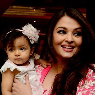 Aishwarya and Her Daughter Aaradhya Nice Photo At Airport