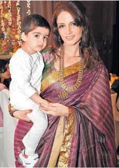 Suzanne Roshan With Son Hridhaan At Laila Khan's Wedding Ceremony