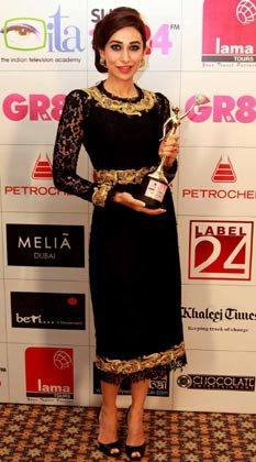 Karishma Kapoor Shows Off Her Trophy At The Gr8 Women's Achievers Awards 2013