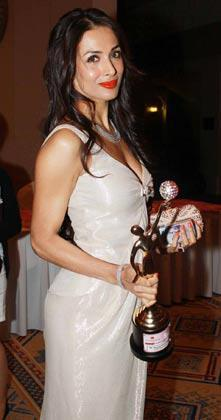 Malaika Arora With Her Trophy At Gr8 Womens Awards 2013