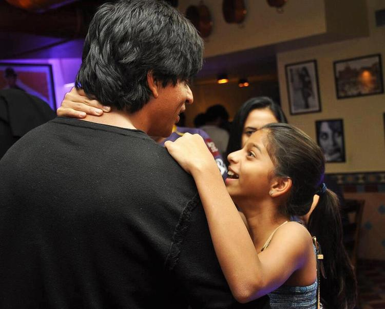 Shahrukh With Daughter Suhana Cool Enjoying Mood At KKR Team Dinner Party In Pizza Metro Pizza