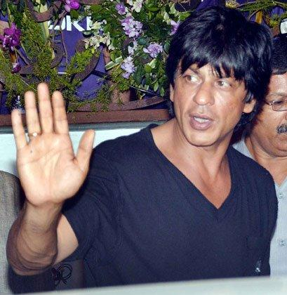Shahrukh Khan Waves Hands To His Fans At KKR Team Dinner Party In Pizza Metro Pizza