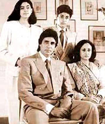 Nice Couple Amitabh and Jaya Sweet Family Photo