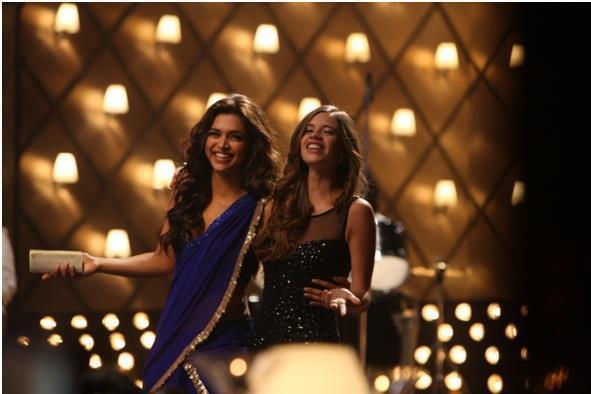 Deepika Padukone In Saree Hot Smiling Look From Yeh Jawaani Hai Deewani Movie