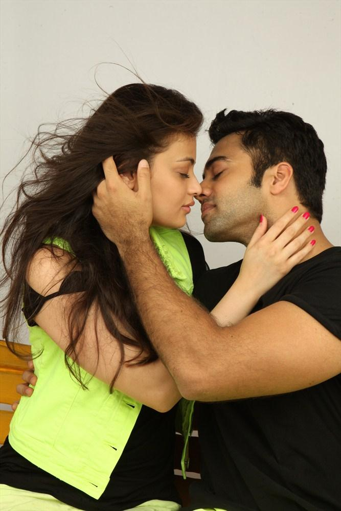 Navdeep And Sneha Ullal Kissing Pic In Antha Nee Mayalone Movie
