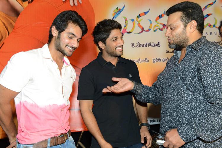 Aadi,Allu Arjun And Sai Kumar Cool Chatting Still At Sukumarudu Triple Platinum Disc Function