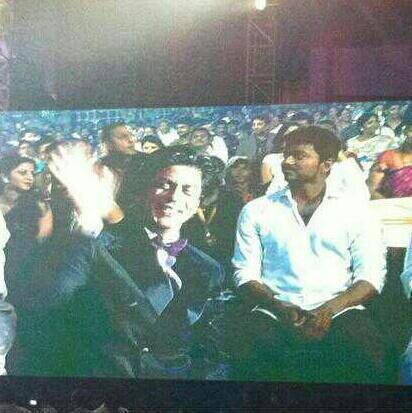 Shahrukh Khan Greets His Fans At 7th Vijay Film Awards 2013