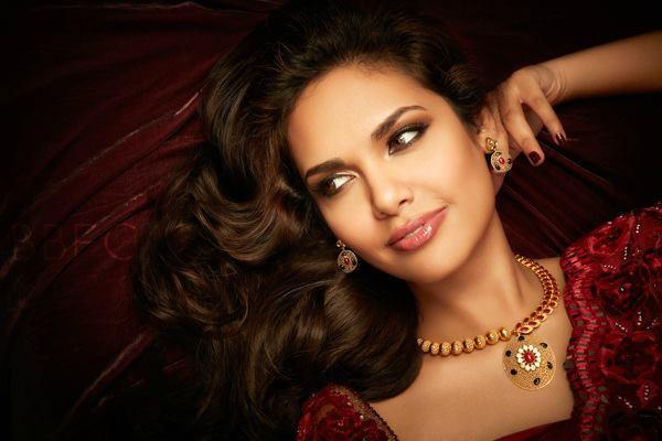 Gorgeous Beauty Esha Gupta Looks For D'damas Jewellery