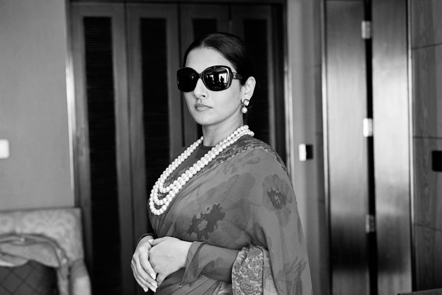 Vidya Balan Glamour Look In Saree Completed With Pearl Necklace