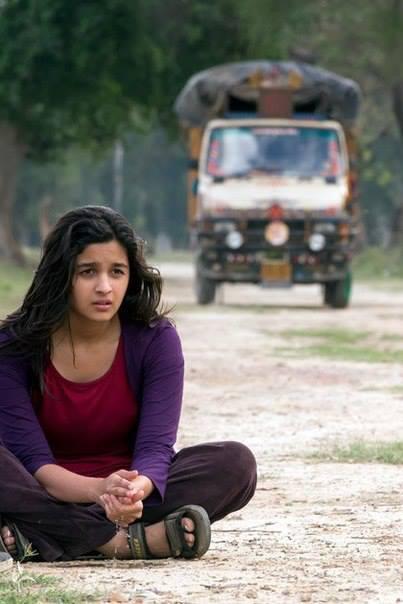 Alia Bhatt Cute Still On Road At Aru Valley For Highway