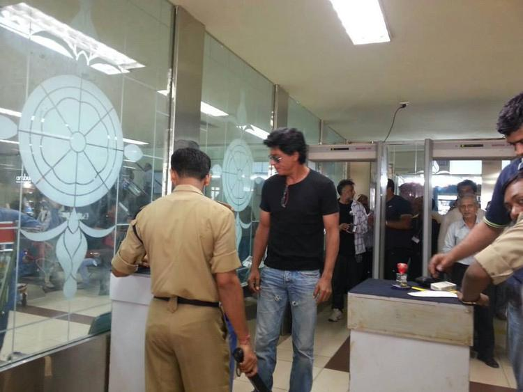 Shahrukh Khan Checking In At The Security Control At The Goa Airport
