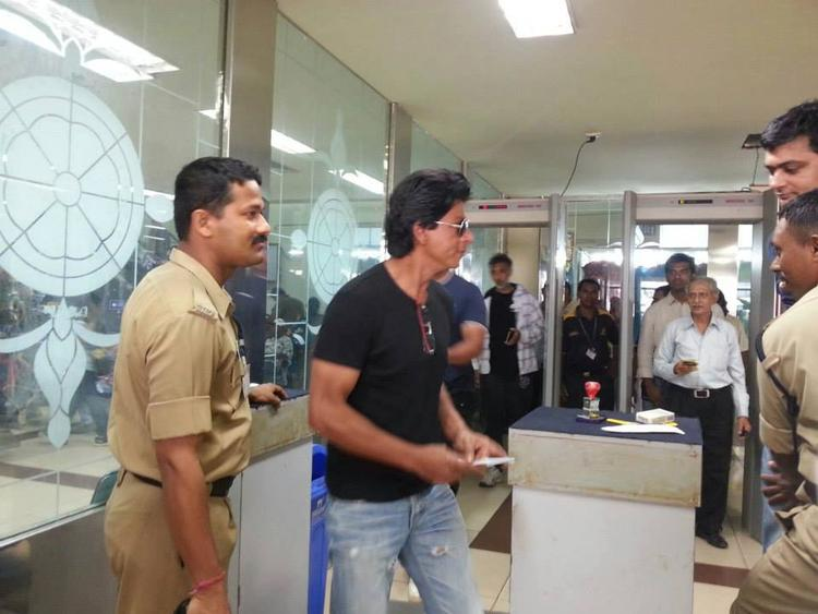 Shahrukh Khan Spotted At The Goa Airport