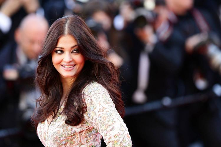 Aishwarya Rai  Gorgeous Smile Pic On Red Carpet At Premiere Of Blood Ties At Cannes 2013
