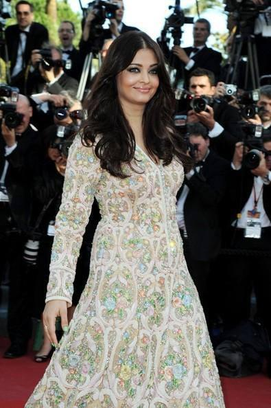 Gorgeous Babe Aishwarya Rai Walks On Red Carpet At Cannes 2013