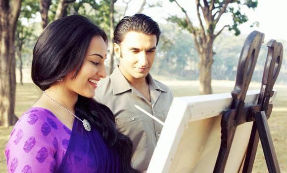 Sonakshi Sinha And Ranveer Singh Cool Smiling Look Still From Lootera Movie