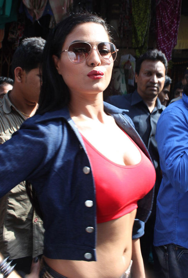 Veena Malik Sexy Look During The Promotion Of Zindagi 50-50 At Red Light Area Kamathipura