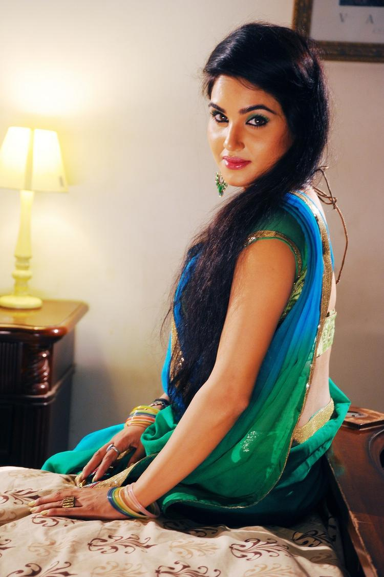 Kavya Singh Charming Face Look Still With Saree In Half Boil Movie
