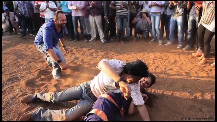 Shahrukh And Deepika Fight On Floor At Shooting Set Of Chennai Express