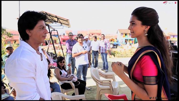 Shahrukh And Deepika Nice Pic During Last Day Shooting Set Of Chennai Express