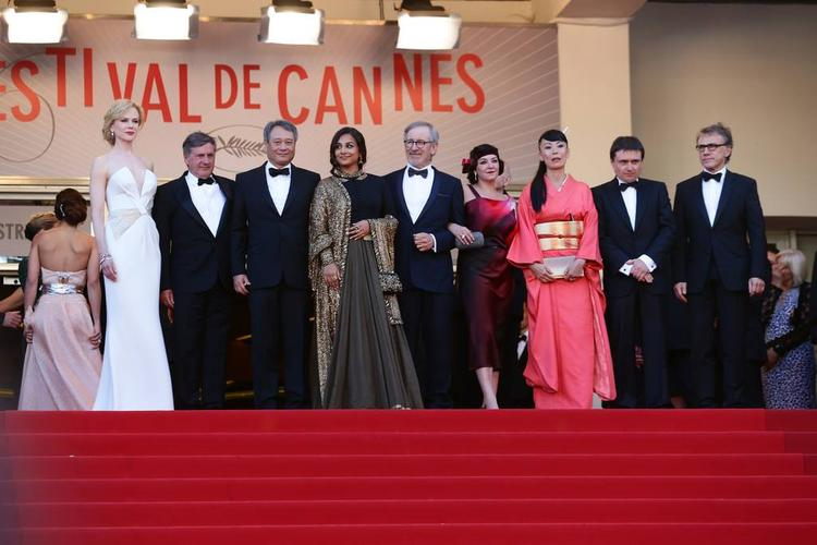 Vidya Balan And Other Jury Members Posed During The Cannes 2013 Closing Ceremony