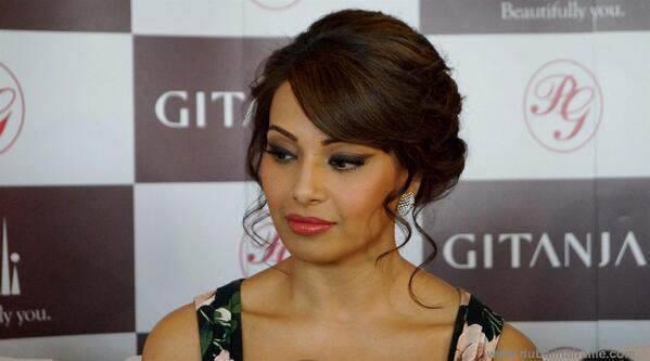 Bipasha Basu Look Sizzles In Dubai Mall