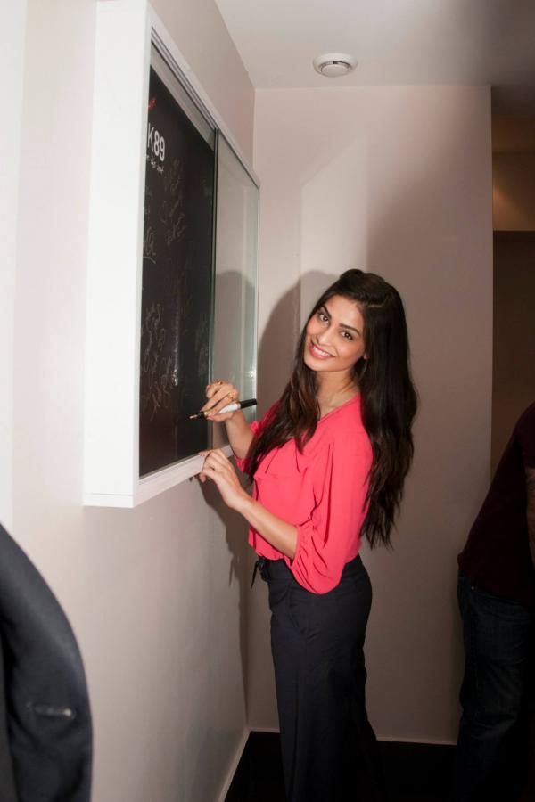 Puja Gupta Autoghaph Pic During The Promotion Of Shortcut Romeo In London