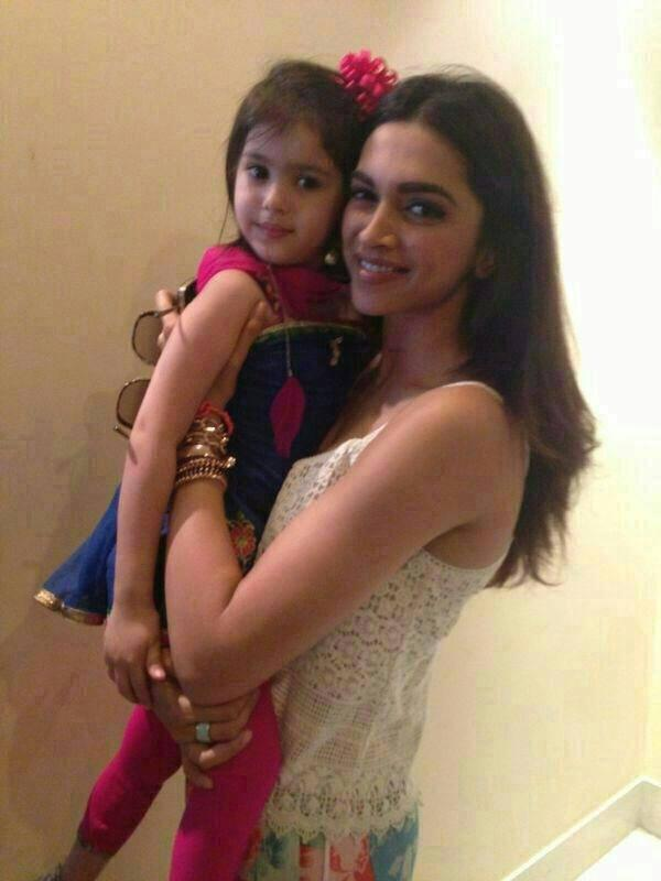 Deepika Padukone Posed With A Kid At Delhi During The Promotion Of YJHD