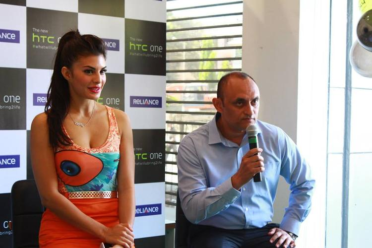 Jacqueline Fernandez Unveils The New HTC One Android Mobile