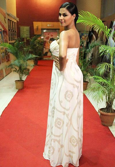 Sizzling Veena In A White Gown Strikes A Pose In Red Carpet At The Premiere Of Zindagi 50-50 Movie