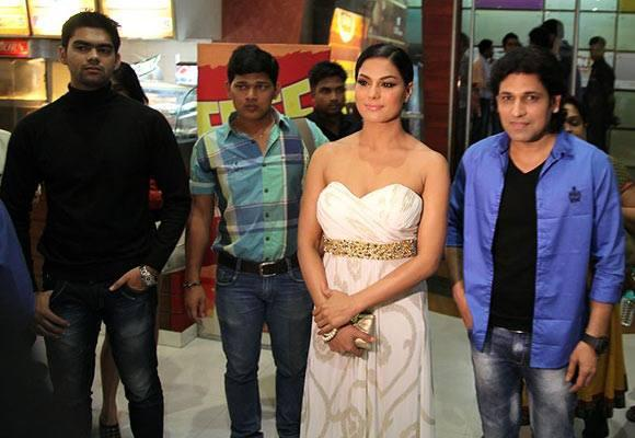 Veena And Rajan Face The Shutterbugs During The Premiere Of The Movie Zindagi 50-50
