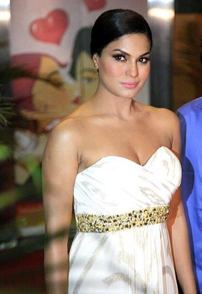 Veena Malik Bold And Sexy Look At The Premiere Of Zindagi 50-50 Movie