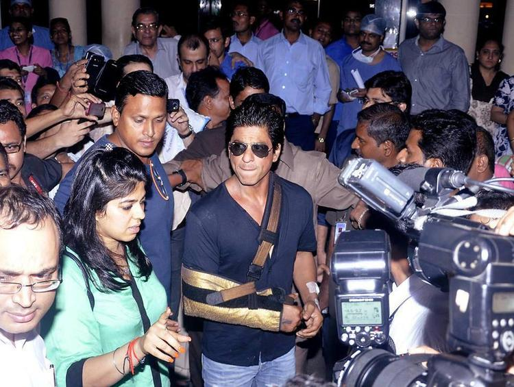 SRK Addresses The Media After Discharging From Lilavati Hospital