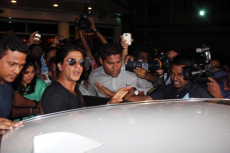 SRK Arounded By Media After Discharged From Lilavati Hospital