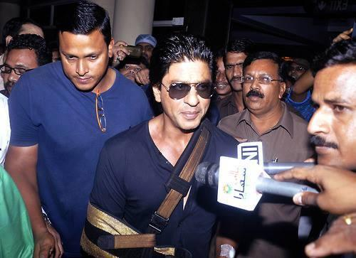 SRK Dazzling Look After Discharging From Lilavati Hospital