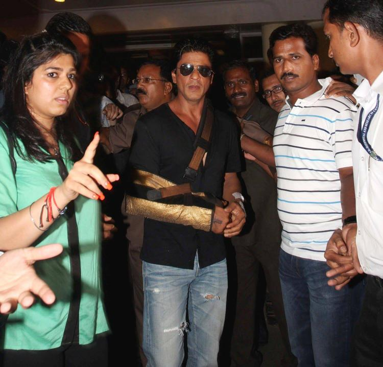 SRK Discharged From Lilavati Hospital After Shoulder Surgery