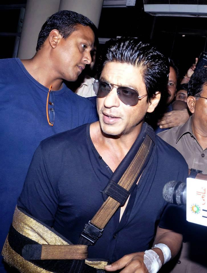 SRK Handsome Look After Discharging From Lilavati Hospital